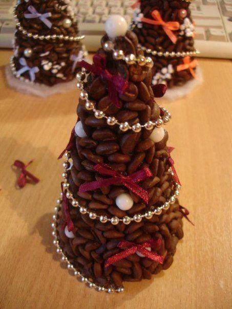 Vyrobte si vianočný stromček z kávových zŕn. Na tento projekt budete potrebovať kávové zrná, polystyrenový kužeľ, lepidlo a rôzne dekoračné predmety. Ak chcete vianočný stromček...