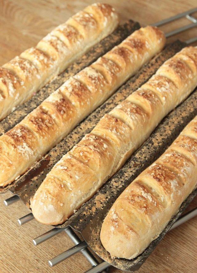 Rustika baguetter med en frasig skorpa och luftigt innanmäte. TIPS! Följ mig gärna lindasbakskola på Instagram (klicka här), Facebook (klicka här) Tips! Degen kan kalljäsa i kylen hela dagen om man vi