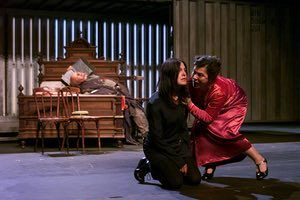 Hamlet - Deutsches Schauspielhaus, Hamburg Hamlet - Angela Winkler Gertrud- Eva Mattes The Ghost - Hermann Lause Edinburgh International Festival , August 2000