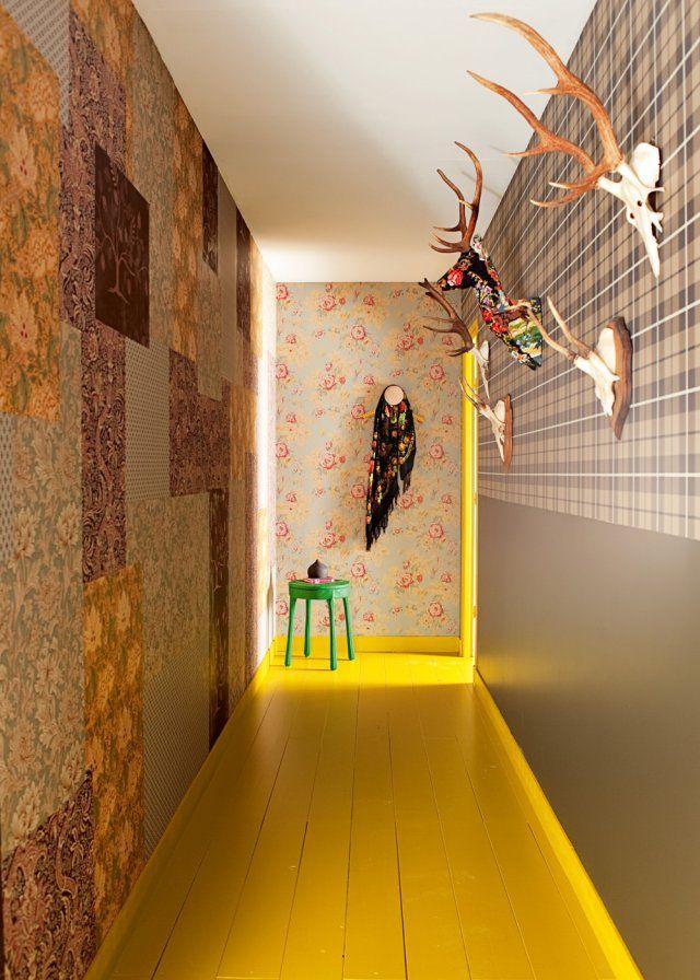 Pour tapisser les murs de ce couloir, ce sont des papiers peints anglais vintage que l'on a choisi, afin d'instaurer une ambiance un peu british. Mais pour éviter la désuétude du total look, on a superposé les différents papiers et motifs pour donner un peu de rythme à la décoration. Le parquet au sol quant à lui est peint en jaune.