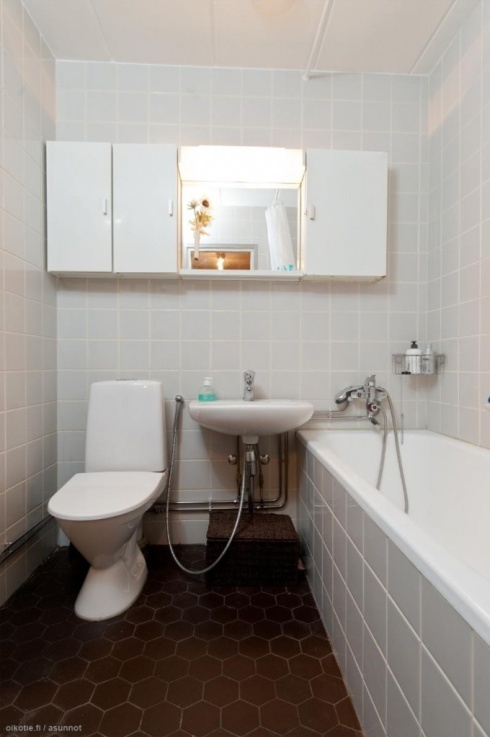 call me crazy, but i'm somehow really drawn to those brown/dark terracotta hexagon floor tiles (this is an actual 70's bathroom)