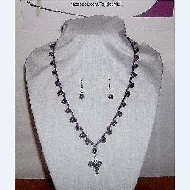 Collar 79: hilo morado con esferas tornasoles. Con aros. Ch$6.000.