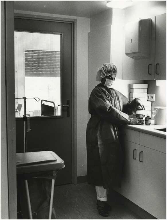 Diaconessenhuis na de uitbreiding 1996: Een verpleegkundige in beschermende kleding.