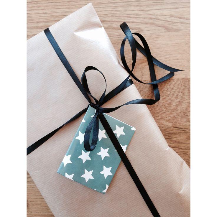 Gaveinnpakning  - Gråpapir, svart silkebånd og stjernekort fra Søstrene Grene
