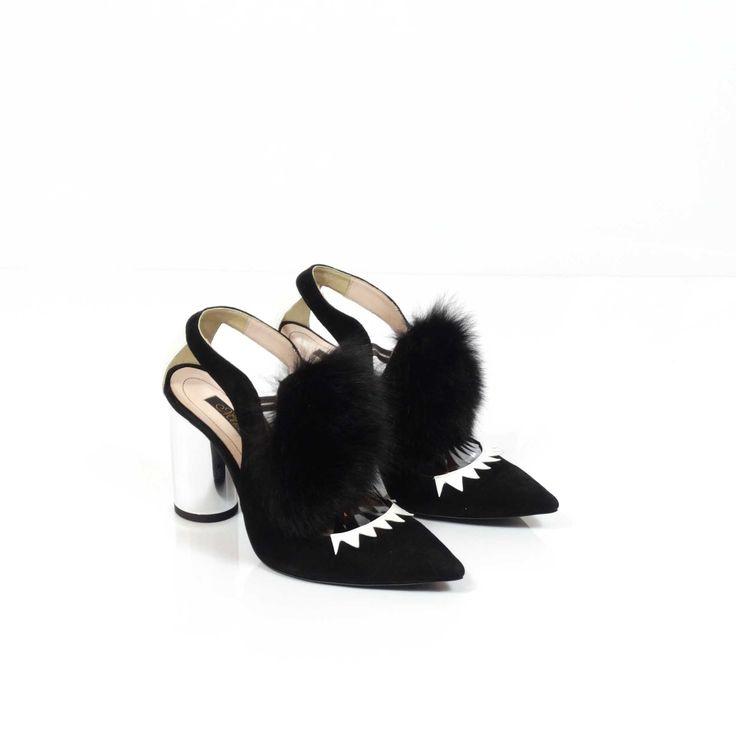 Spectaculoșii pantofi de damă Mineli Prodan încununează o simplă pereche de pantofi din piele naturală cu un accesoriu devenit statement în acest sezon: blana de vulpe. Noua colecție încorporează armonios detalii și texturi din blană naturală combinate cu piele camoscio în diferite nuanțe. De asemenea, modelele sunt desăvârşite de tocurile galvanizate de diferite înălțimi și forme geometrice.