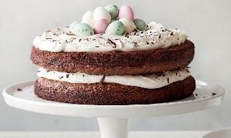 Täyteläinen suklaakakku mehevöitetään herkullisella tiramisun tyyppisellä täytteellä | Tiramisu-suklaakakku | Koti ja keittiö