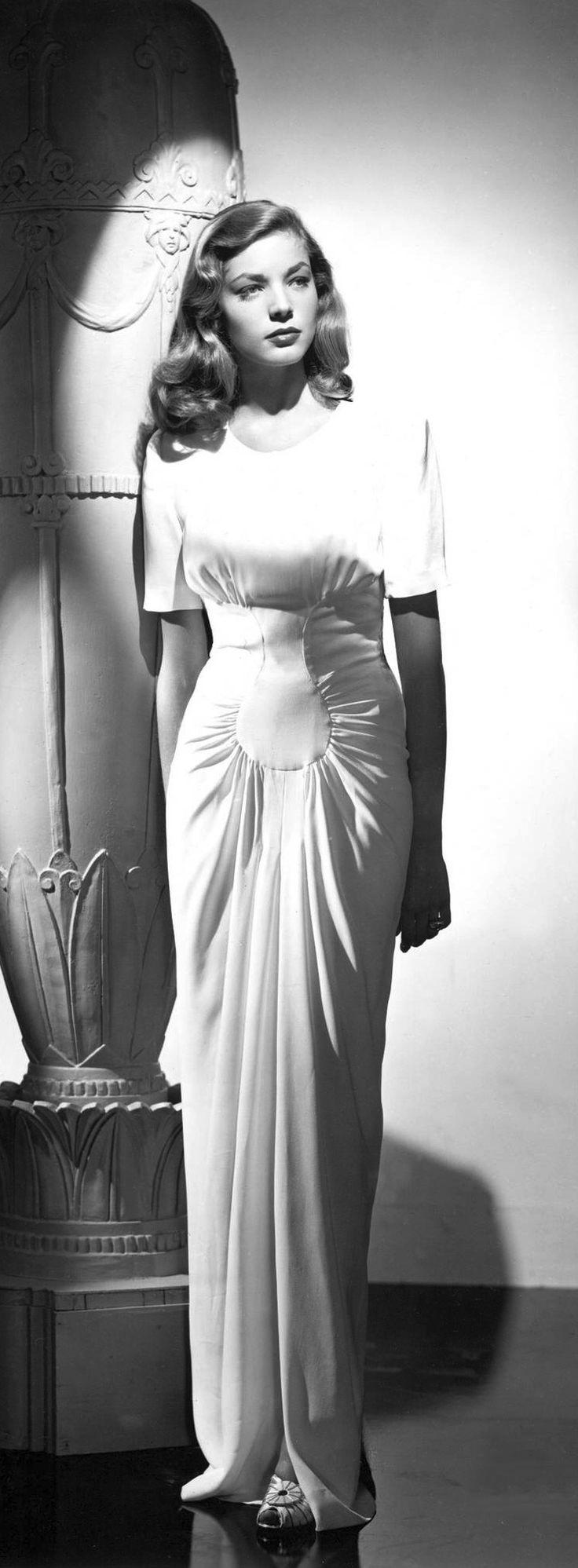 Lauren Bacall con lo que podría ser su vestido de novia.