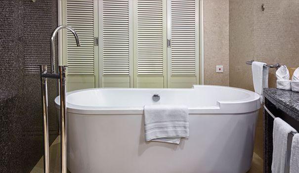 La surface de votre baignoire s'est abîmée, elle ne brille plus, c'est rêche. Que faire ? Avant de changer de baignoire, pensez à la repeindre pour lui donner un coup de neuf.