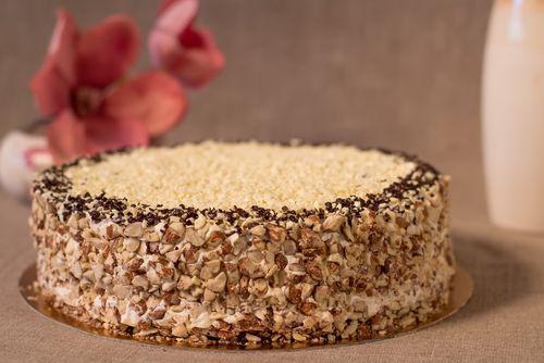 Învaţă să prepari un tort krantz ca la cofetărie, cu nuci şi cremă delicioasă.