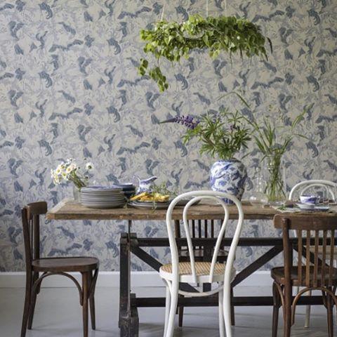 Vackra tranor på tapeten från Eco Simplicity, designad av Emma von Brömssen. I Engelska Tapetmagasinet I Swedish I Wallpaper I