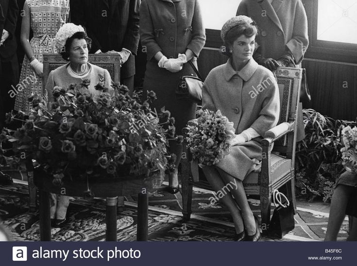 Download this stock image: Kennedy, Jacqueline,28.7.1929 - 19.5.1994, First Lady of US, 20.1.1961-22.11.1963, with Rose Kennedy, half length, sitting, 1960 - B45F6C from Alamy's library of millions of high resolution stock photos, illustrations and vectors.