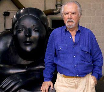 Fernando Botero posa junto a una de sus obras