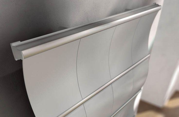 Верхняя часть полотенцесушителя Irsap Curval в вертикальном исполнении (Италия). Идеально подходит для дизайна интерьеров в стиле хай-тек, лофт, техно, поп-арт и им подобным. Размеры 1820мм х 1009мм х 145мм, также доступны другие варианты размеров; Материал: сталь + панели из полимерного материала; Изогнутая форма; Цвет: алюминево-серый; подключение гидравлическое. Возможен вариант горизонтального исполнения а также изменения конфигураций панелей.