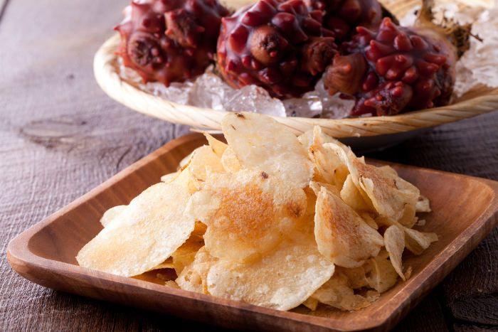 南三陸産ホヤパウダーをふんだんに使用したポテトチップスが発売されている。食べれば食べるほど口の中にホヤの香りが広がるぞ。