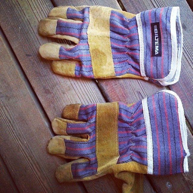 کلمه: دستکش. توضیح: چبزی که دستمان می کنیم تا دستمان از سرما یا چیزهای دیگر آسیب نبیند.  مثال: این یک جفت دستکش مخصوص کار است. #zangefarsi #learnpersian www.zangefarsi.com