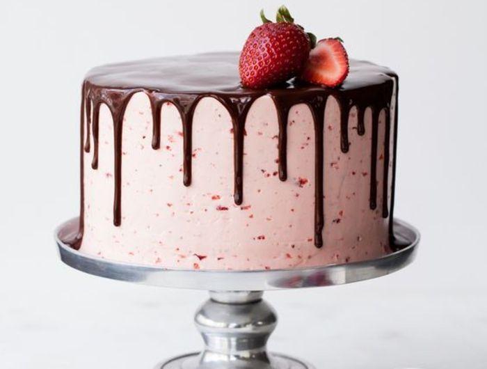 recette facile de gateau d'anniversaire aux fraises et au coulis de chocolat