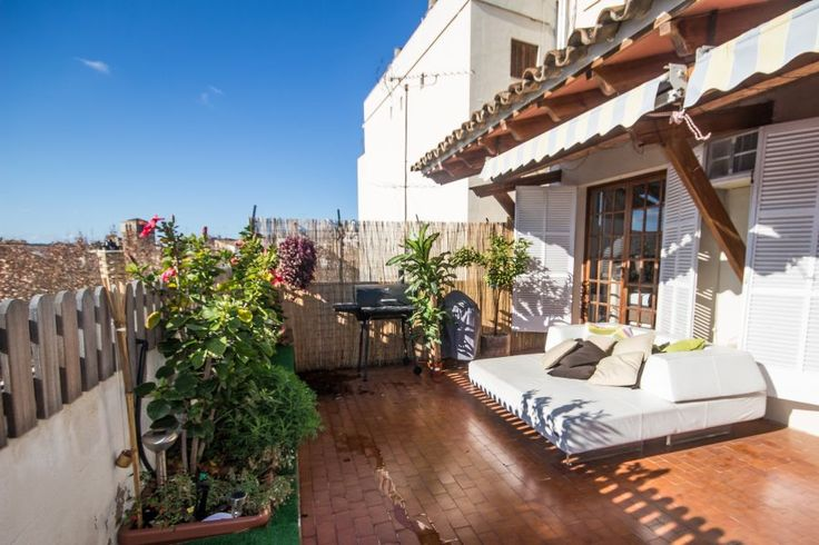 Spacious penthouse with terrace in the Old town of Palma, Mallorca. 3 bedrooms, 3 bathrooms, 40 sqm terrace. 1 850 €/month.