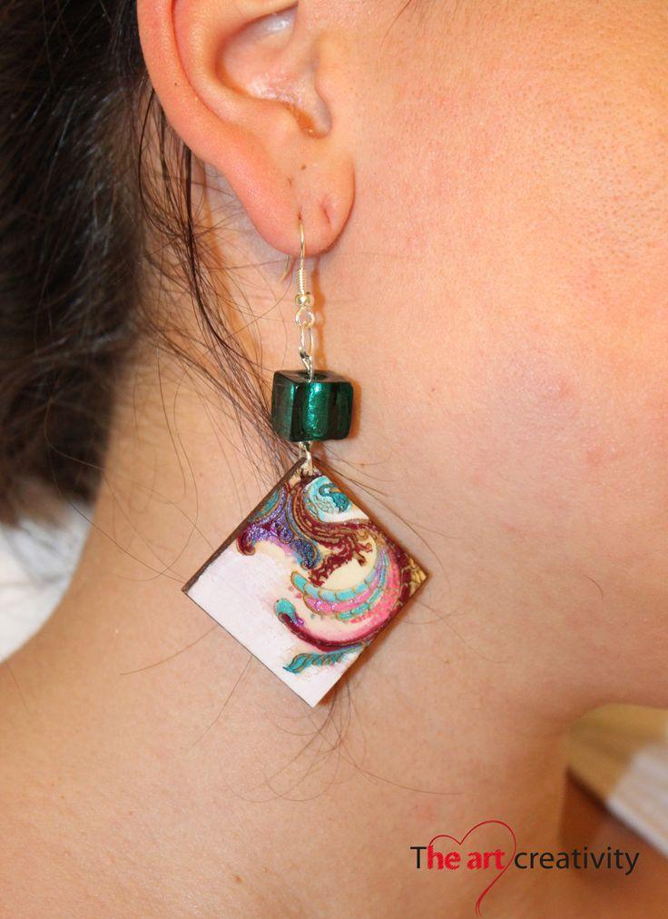 Orecchini in legno con incisione e dipinti a mano con aggiunta di perla in vetro #wood; #engraving; #bijoux; #earrings; #pearl