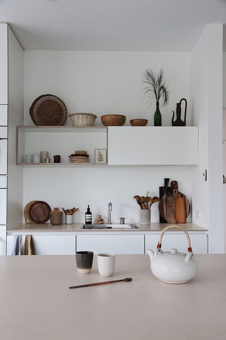 combining open shelves with cabinets in the kitchen