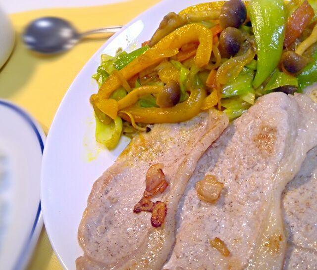 オリンピック中継観戦で時間がなかったので、お手軽料理。野菜だけ、2人分作って、おかわりしました。 - 11件のもぐもぐ - 豚ロースガーリックソテーと、野菜のカレー炒め by dentyuugaku