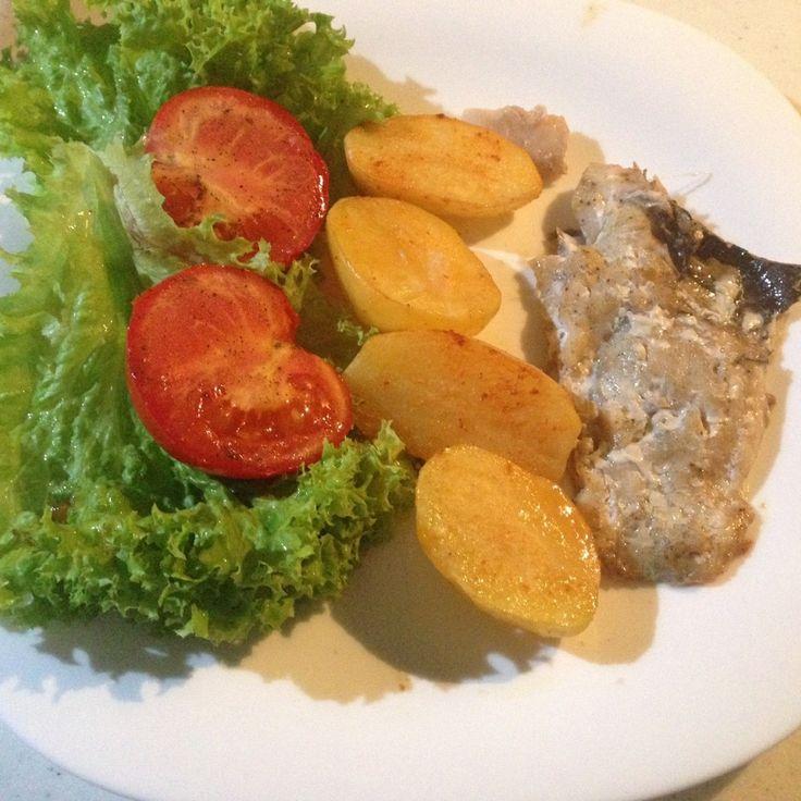 Морской окунь, запеченный в духовке с картофелем