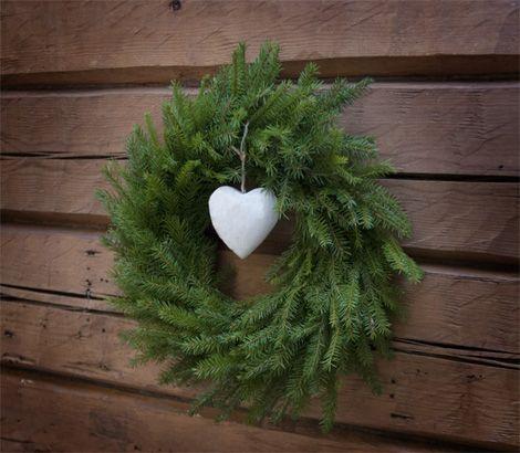 Havukranssi huokuu joulun rauhaa. Katso ohjeet havuranssin tekemiseen: www.puutarhakauppiaat.fi/kranssi