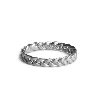 Micro fletring i mat, sterling sølv. Ringen måler 2,2 mm i bredden og er opbygget af 3 tråde som danner et flettet mønster. Fletringen snor sig smukt om fingeren og fremstår flot i en kombination sammen med andre tynde ringe.