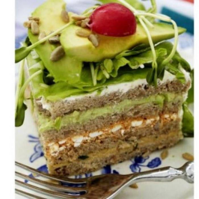 Vegetarisk smörgåstårta. En helt vegetarisk smörgåstårta som kan omvända även den mest inbitne köttätare. Den här smörgåstårtan är täckt med krämig avokado, krispiga rädisor och solrosskott.