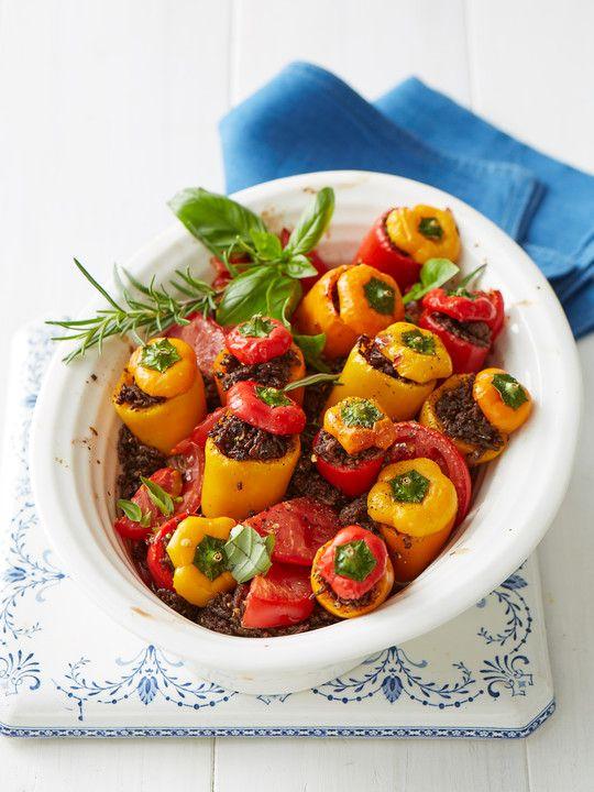 Gefüllte Mini-Paprika auf Tomatenbett