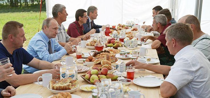 Утро четверга президент начал с завтрака с механизаторами в Тверской области.  Подробнее на РБК: http://www.rbc.ru/politics/28/07/2016/579a16ac9a7947da0cb9ceac