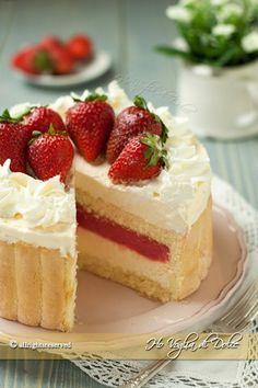 Torta-Charlotte-alla-crema-chantilly-e-fragole-ricetta