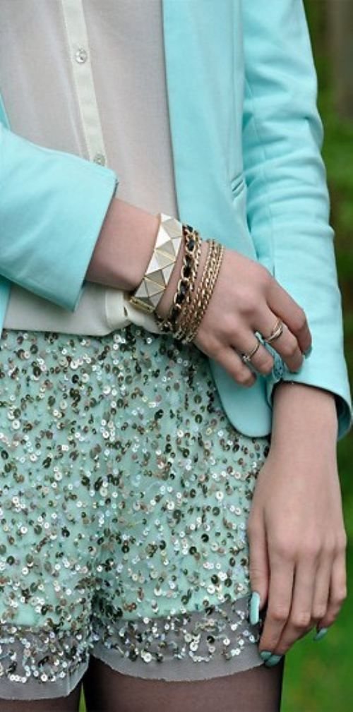 There's something so elegant about mint and gold...