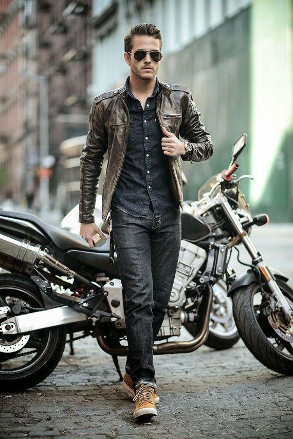 """Apesar de ser uma dúvida para a maioria dos homens, qualquer busca na internet por um texto que ensine a combinar jeans com jeans fatalmente trará em seu conteúdo uma regra básica e imutável (até segunda ordem) que parece se aplicar perfeitamente na moda masculina e que tomaremos como ponto de partida: """"Para combinar duas peças em denim basta que elas tenham uma característica em comum e outra que as diferencie."""" Isso vale para camisas, calças, coletes, blazers, bermudas e o que mais você…"""