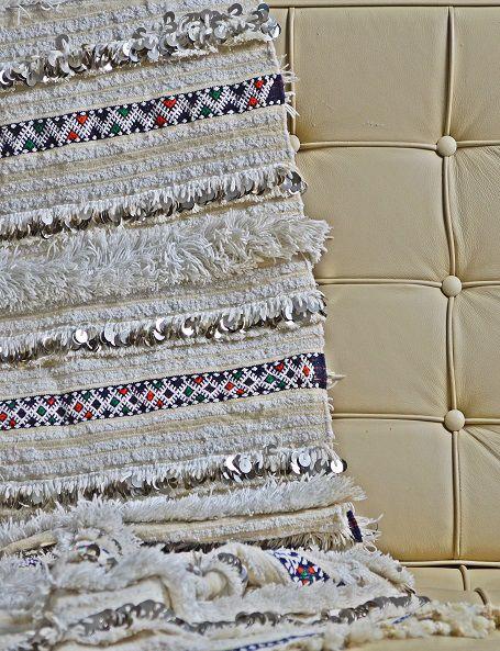 Handira vintage di piccole dimensioni, ma adorabile, che può essere usata oltre che come coperta, anche come tappeto o appesa al muro per decorare una parete, apportando un tocco di raffinatezza e glamour in ogni ambiente. Realizzata a mano dalle popolazioni berbere dell'Alto Atlante in Marocco come dono nuziale, è in lana e cotone e decorata con paillettes in metallo #boho #berberblanket #HomeDecor #handira #etnico #bohemian #WeddingBlanket #MoroccanDecor