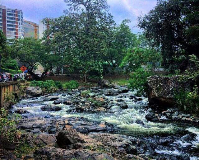 """""""John Freddy Loayza"""" nos permite su registro fotográfico de #RioCali a su paso por el Oeste de #MiCaliFutura... #MiCali #LaCiudadideal ..."""