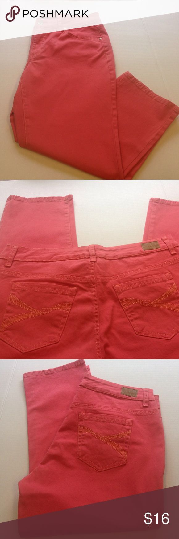 Bandolino Coral Capris Bandolino coral capris// size 10// inseam measures 22 inches and rise measures 9 inches// 98% cotton and 2% spandex Bandolino Pants Capris