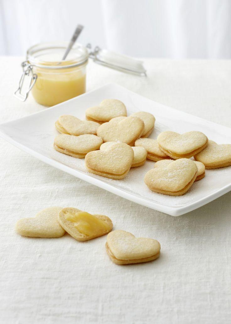 Herrasväen sitruunaiset pikkuleivät maistuvat kaikenikäisille juhlijoille! Kurkkaa ohjeet: http://www.dansukker.fi/fi/resepteja/herrasvaen-sitruunaiset-pikkuleivat.aspx. #keksit #juhlat #resepti #ohje