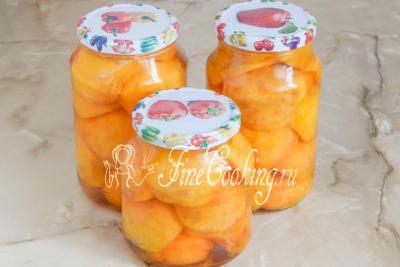 Шаг 7. Снова заливаем персики кипящим сиропом и сразу же герметично закрываем (или закатываем) крышками