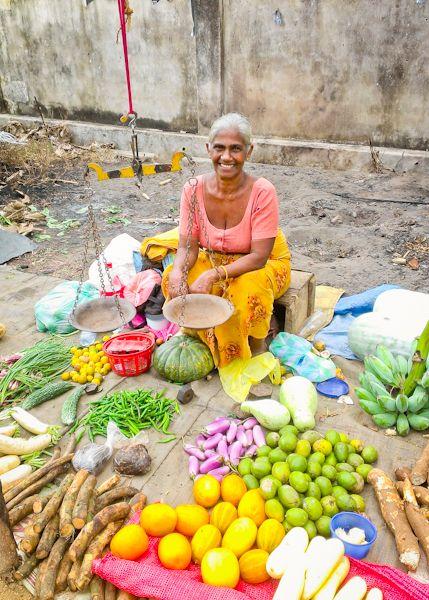 マーケットにはおばあちゃんの笑顔と鮮やかなフルーツ。スリランカ 観光・旅行の見所。