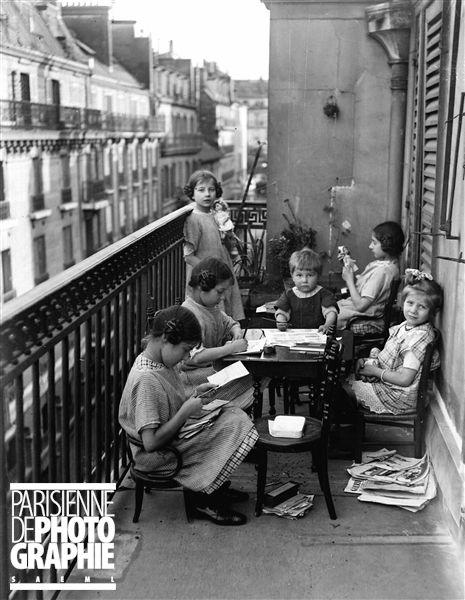 Enfants jouant sur un balcon. Paris, juin 1913. Photo Henri Roger