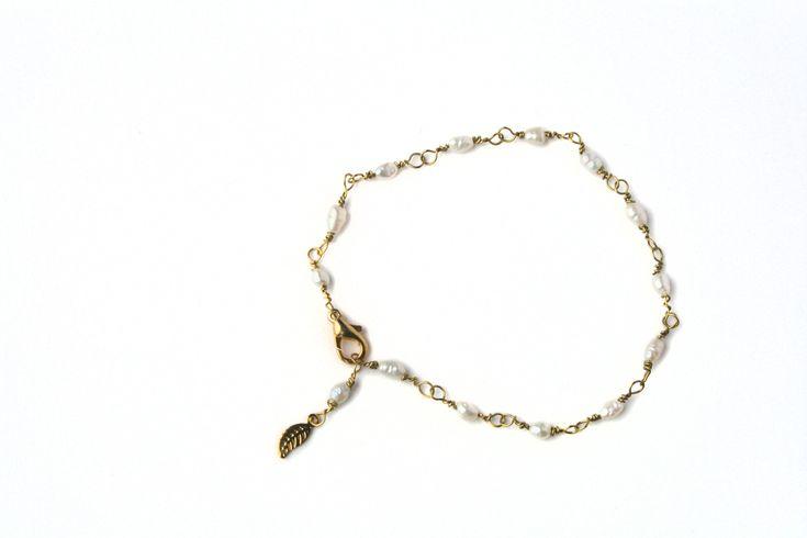 Verguld armbandje, lief, met zoetwaterparel, met een blaadje als bedel