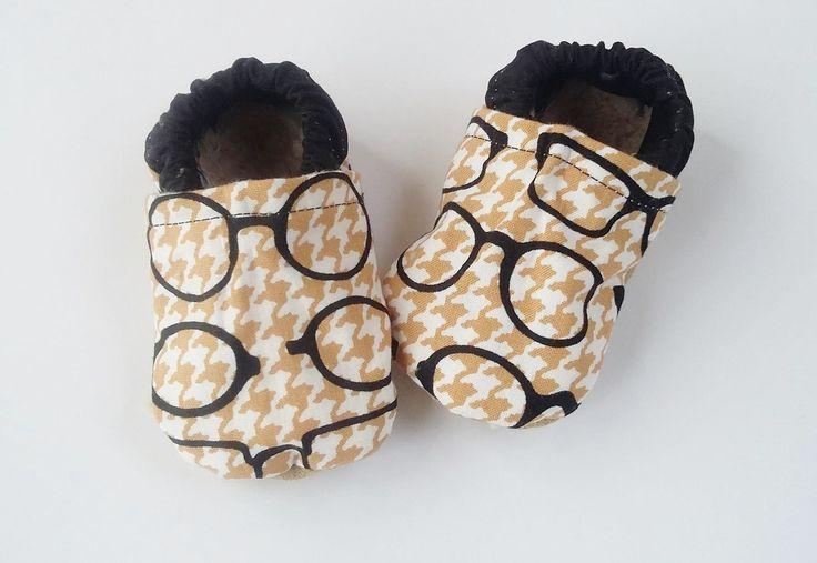 Scarpine ecologiche suola morbida in finto camoscio con simpatici occhiali babbucce vegane misura 3-6 mesi con pelliccetta ecologica di CucuKids su Etsy