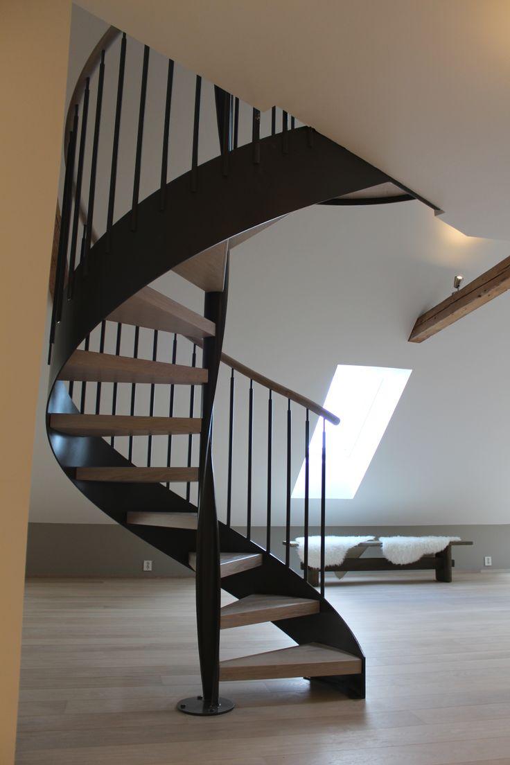 Premiumtrapp spiraltrapp med kurvet sentersøyle og eiketrinn | Premium spiral stair with corkscrew center string and oak steps