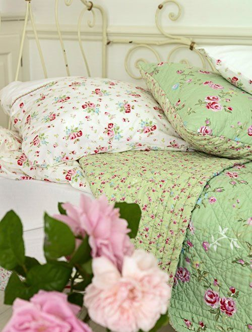 These are the colors of my room!! <3 Chambre à coucher en blanc, vert et rose - White, green and pink bedroom