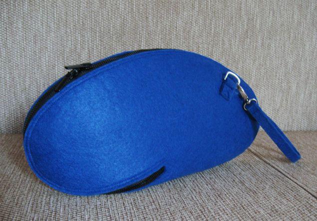 Сегодня мы научимся шить оригинальную сумку-клатч, как у Josh Jakus, известного своими необычными сумками из войлока. Итак, приступим. Размер сумки будет 38х18 см. Нам необходимо: – кусок фетра длиной 0,4 м; – молния длиной 0,95 м; – два бегунка, которые нужно вставить в направлении друг к другу. Выкройка Распечатайте выкройку на бумаге формата А2. Этот формат больше обычного листа в 4 раза, поэтому домашний принтер не подойдет.