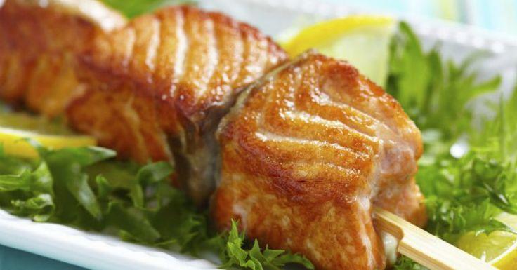 Faça um aperitivo diferente e saboroso usando o salmão como ingrediente principal. O espetinho de salmão fica pronto em apenas 20 minutos e é uma opção diferente de petisco. Confira também Receita de patê de salmão Quiche de salmão