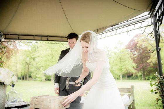 Leuk idee bij de ceremonie: Een fles wijn en geloftes in een doosje dicht timmeren en pas open maken als het echt nodig is...  Fotocredit: Eppel Fotografie (http://www.eppel.nl/) - Pinterested @ http://wedspiration.com.