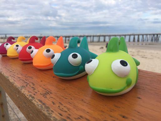 Janod drevená rybárska udica Fishy je pekná drevená hračka vhodná pre deti od 2 do 5 rokov. Plastové striekajúce rybičky sú vo veselých pestrých farbách, po nabratí vody striekajú a zabavia tak každého chlapca aj dievča.