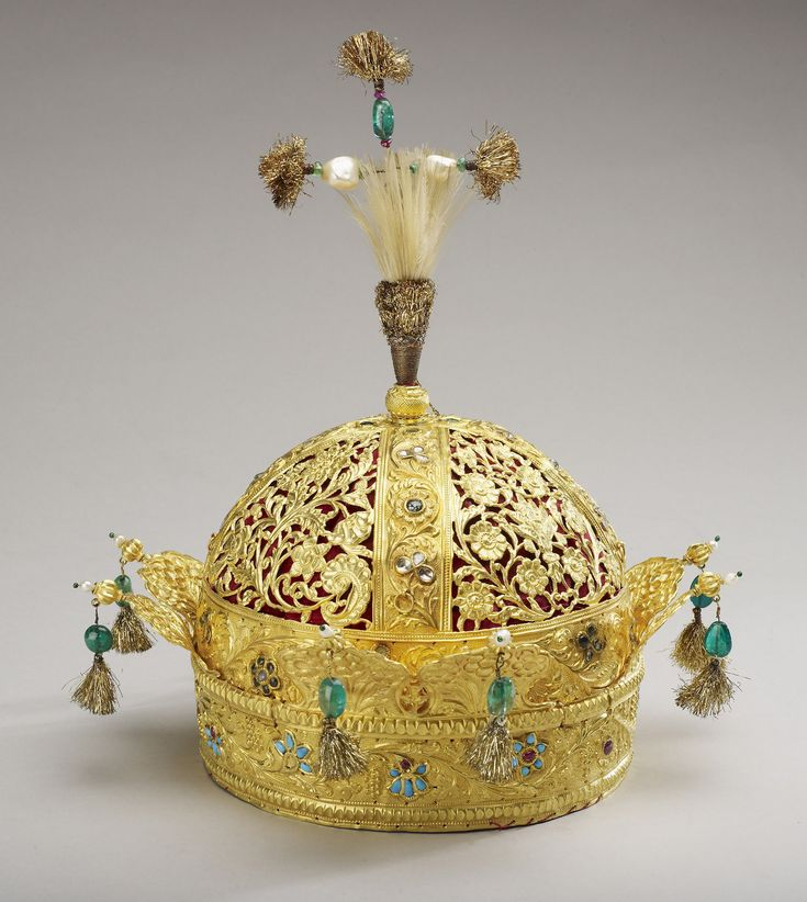 Crown of Mughal Emperor Bahadur Shah II (the last Mughal emperor). 1850. Gold, turquoises, rubies, diamonds, pearls, emeralds, feathers and velvet.