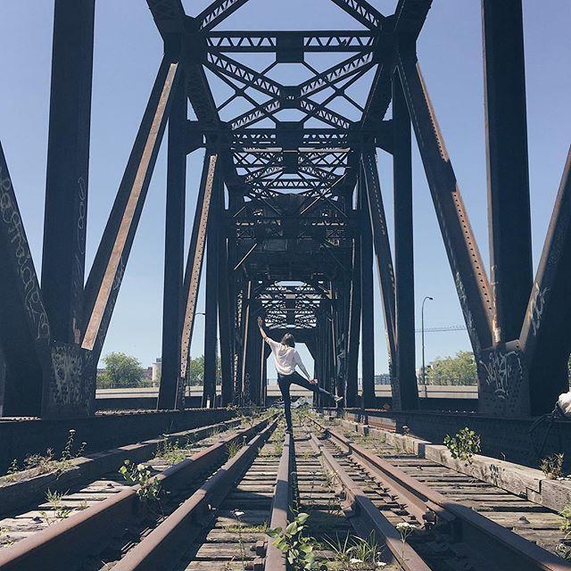 C'était pas prévu cette escalade et ce photoshoot lors du #PhotowalkMTL d' @elodielepape ! Mais on a fait les acrobates avec @birdofpassage_america ! . . . #BassinPeel #Griffintown #CanalLachine #SunnyDay #BlueSky #Perspective #Bridge #Railway #RailwayOfCanada #IronBridge #offtomontrealblog #OffToMontréalBlog #IphoneOnly